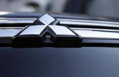 El logo de un vehículo de Mitsubishi Motors en un salón de muestras de la firma en Tokio, nov 6 2013. La ensambladora de vehículos Mitsubishi en Venezuela paralizó la producción en su planta por un mes ante la falta de materia prima generada por el estricto control de cambios, dijo el viernes un directivo del sindicato de la firma. REUTERS/Issei Kato