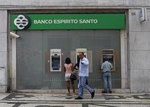 People walk near an office of Portuguese bank Banco Espirito Santo (BES) in downtown Lisbon August 26, 2014. REUTERS/Hugo Correia