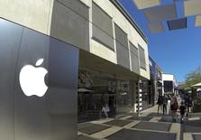 Apple à suivre sur les marchés américains. Selon l'agence officielle Chine nouvelle, le groupe à la pomme a besoin d'une autorisation supplémentaire pour pouvoir commercialiser ses nouveaux iPhone sur le marché chinois. /Photo prise le 10 septembre 2014/REUTERS/Mike Blake