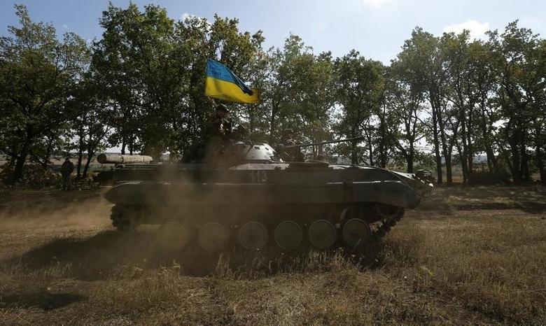 A Ukrainian armoured vehicle drives on a field near the eastern Ukrainian town of Pervomaysk, September 17, 2014.  REUTERS/David Mdzinarishvili