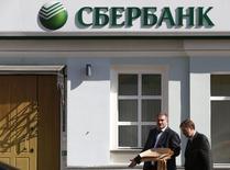 Отделение Сбербанка в Москве 5 сентября 2014 года. Российские банки справятся с последствиями санкций в краткосрочной перспективе, но в будущем это ухудшит профиль фондирования и ликвидности сектора, что вкупе с ухудшением качества активов может привести к снижению их рейтингов, считает S&P. REUTERS/Sergei Karpukhin