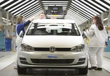 Le principal syndicat de Volkswagen va demander pour les salariés allemands du groupe des augmentations de salaires supérieures à l'inflation, malgré la volonté du premier constructeur automobile européen de réduire ses coûts et de doper la rentabilité de sa marque VW. /Photo d'archives/REUTERS/Fabian Bimmer