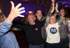 Противники независимости Шотландии радуются победе на референдуме, Глазго, 19 сентября 2014 года. Шотландские избиратели предпочли независимости сохранение единства с Великобританией на прошедшем в четверг референдуме, показывают итоги голосования. REUTERS/Dylan Martinez