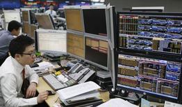 Валютные дилеры в дилинговом зале банка в Сеуле 4 апреля 2013 года. Азиатские фондовые рынки завершили неделю разнонаправленно под влиянием местных факторов. REUTERS/Lee Jae-Won