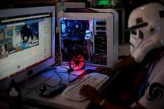 """Участник ежегодного фестиваля хакеров и девелоперов """"Campus Party"""" сидит в интернете в Сан-Паулу 28 января 2014 года. Кремль готовит защиту России """"от возможных действий извне"""" через интернет со стороны Запада, отношения Москвы с которым находятся в худшем состоянии со времен холодной войны. REUTERS/Nacho Doce"""
