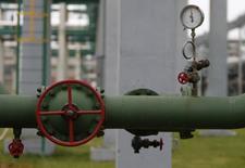 Shell et Total ont annoncé qu'ils continueraient leurs activités en Russie tout en se conformant aux sanctions occidentales imposées à Moscou pour son rôle dans le conflit ukrainien. /Photo d'archives/REUTERS/Maxim Shemetov