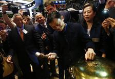 Fundador do grupo Alibaba, Jack Ma, bate na campainha cerimonial que dá início às negociações na bolsa de Nova York. 19/09/2014.  REUTERS/Brendan McDermid