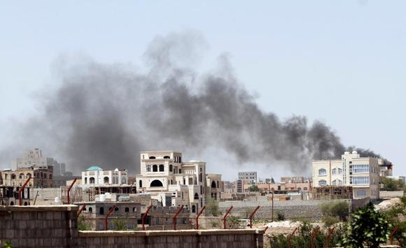 Smoke rises from residential buildings near the army's First Armoured Division which came under attack from Shi'ite Houthi militants, in Sanaa September 20, 2014. REUTERS/Mohamed al-Sayaghi