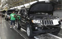 Автомобили на заводе Chrysler в Детройте, Мичиган 21 мая 2010 года. Chrysler Group отзывает 230.760 внедорожников по всему миру из-за проблем с бензонасосом, по причине которых автомобили могут глохнуть или отказываться заводиться. REUTERS/Rebecca Cook