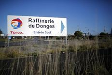 El logo de Total frente a la refinería petrolera de Donges. Imagen de archivo, 20 diciembre, 2013.  La petrolera francesa Total prevé vender más activos y reducir costos para generar liquidez y rediseñar sus planes de exploración, luego de recortar su meta de producción de crudo. REUTERS/Stephane Mahe