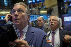 Unos operadores en la bolsa de Wall Street en Nueva York, sep 22 2014. Las acciones cerraron en baja el lunes en la bolsa de Nueva York, con el índice S&P 500 sufriendo su mayor caída diaria desde comienzos de agosto, influenciadas por un dato del mercado de vivienda que resultó mucho más bajo que lo esperado y generó nuevos interrogantes acerca del crecimiento de la economía. REUTERS/Brendan McDermid
