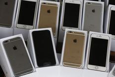 Смартфоны iPhone 6 на пресс-конференции в Гонконге 21 сентября 2014 года. Apple Inc продала более 10 миллионов новых смартфонов iPhone за три дня продаж, стартовавших в пятницу, сообщила компания. REUTERS/Bobby Yip