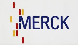 Логотип Merck в Дармштадте 7 марта 2012 года. Немецкая фармацевтическая и химическая компания Merck KGaA приняла решение о покупке базирующейся в США Sigma-Aldrich Corp за $17 млрд наличными, что должно стать крупнейшей покупкой в истории Merck. REUTERS/Alex Domanski