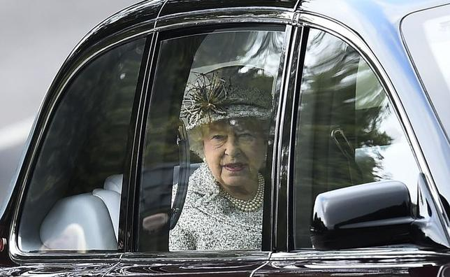 Britain's Queen Elizabeth looks out from her car as she arrives at Crathie Kirk for a Sunday church service in Crathie, northern Scotland September 21, 2014.   REUTERS/Dylan Martinez