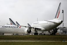Air France-KLM prévoit de suspendre le projet de compagnie aérienne low cost Transavia Europe mais pas de l'abandonner, a déclaré à Reuters un porte-parole de la compagnie aérienne, contrairement à ce qu'indiquait plus tôt le secrétaire d'Etat aux Transports Alain Vidalies. /Photo prise le 22 septembre 2014/REUTERS/Jacky Naegelen