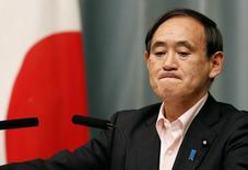 Секретарь кабинета министров Японии Ёсихидэ Суга на пресс-конференции в Токио 29 мая 2014 года. Япония ввела в среду дополнительные санкции против России, стремясь согласовать свои действия с шагами, предпринятыми другими нациями, в том числе, ключевым союзником Токио - США. REUTERS/Yuya Shino