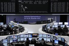 Des propos rassurants du président de la Banque centrale européenne ont poussé les Bourses européennes à la hausse à mi-séance malgré un indicateur décevant en Allemagne et les inquiétudes liées aux frappes américaines en Syrie. Le CAC 40 progressait de 0,49% vers 10h35 GMT, le Dax prenait 0,18% tandis que le FTSE cédait 0,09%. /Photo prise le 24 septembre 2014/REUTERS/Remote