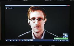 Imagen de archivo del ex analista de la agencia de espionaje estadounidense Edward Snowden en una videoconferencia con miembros del Consejo Europeo en Estrasburgo, Francia, abr 8 2014. El ex analista de la agencia de espionaje estadounidense Edward Snowden ha sido galardonado con el premio honorífico Right Livelihood sueco, a menudo considerado el premio Nobel alternativo, por su trabajo sobre la libertad de prensa, dijo el miércoles la fundación del premio. REUTERS/Vincent Kessler