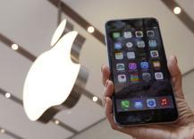 Imagen de archivo de un teléfono iPhone 6 Plus en una tienda de Apple en Tokio, sep 19 2014. Los compradores del iPhone 6 Plus de Apple descubrieron una peculiaridad inesperada en sus nuevos teléfonos avanzados: se doblan cuando se colocan en los bolsillos traseros.   REUTERS/Yuya Shino
