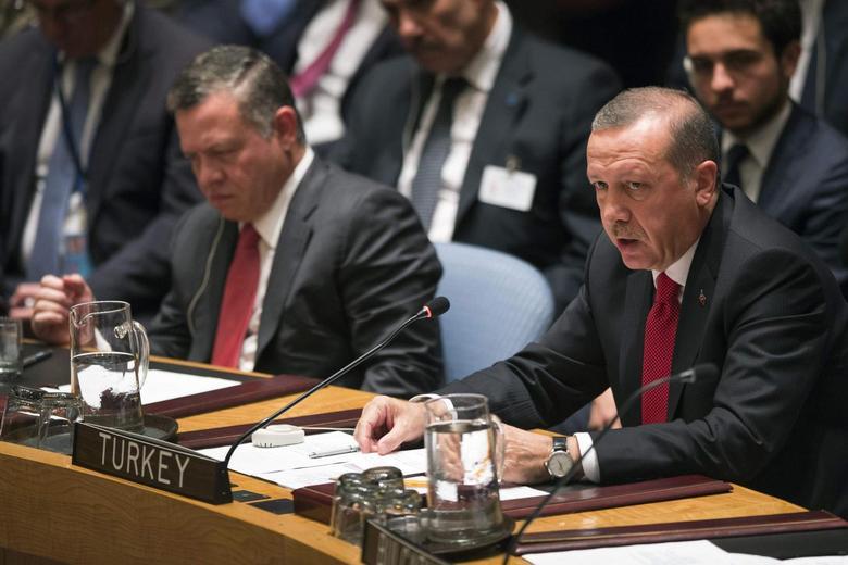 Turkey's President Tayyip Erdogan (R) speaks during the U.N. Security Council meeting in New York September 24, 2014. Seen on the left is Jordan's King Abdullah. REUTERS/Adrees Latif