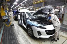 Люди работают на заводе AutoAlliance Thailand в провинции Районг 17 сентября 2013 года. Азиатский банк развития сократил прогноз роста для Юго-Восточной Азии на текущий год, указав на такие факторы, как политический кризис в Таиланде, произошедший ранее в этом году, и низкие экспортные цены на сырье в Индонезии. REUTERS/Chaiwat Subprasom