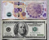 Un billet de 100 pesos argentins au-dessus d'un de 100 dollars.L'Argentine a annoncé que son économie était sortie de la récession au deuxième trimestre, soulevant quelques doutes sur la fiabilité d'un pays aux prises avec les répercussions d'un défaut sur sa dette. /Photo prise le 17 septembre 2014/REUTERS/Enrique Marcarian