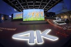 9月25日、パナソニックはフルハイビジョンの4倍の解像度を持つ「4k」対応の液晶テレビを国内市場で7機種、10月17日から発売すると発表した。ベルリンで4日撮影(2014年 ロイター/Hannibal Hanschke)