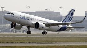 L'A320neo, la nouvelle version remotorisée du moyen-courrier d'Airbus, a décollé jeudi à midi à Toulouse pour accomplir son premier vol d'essai, qui doit durer environ 2h30. /Photo prise le 25 septembre 2014/REUTERS/Régis Duvignau