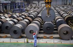 Un trabajador guía una grúa mientras transporta un rollo de acero en Handan, Hebei. Imagen de archivo, 13 agosto, 2014.  El consumo de acero de China disminuyó este año por primera vez desde al menos el 2000 debido a una desaceleración en el crecimiento económico, generando un superávit de mineral de hierro en el país y una caída de más de un 40 por ciento en los precios de la materia prima para la fabricación de acero.   REUTERS/Stringer