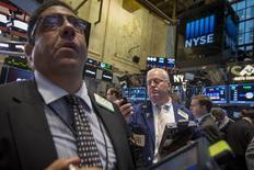 Un grupo de operadores en el parqué de la bolsa de Wall Street en Nueva York, sep 22 2014. Las acciones estadounidenses caían con fuerza el jueves, provocando bajas de más de un 1 por ciento en los tres principales índices y llevando al referente amplio S&P 500 por debajo de un soporte técnico clave, tras una desplome de las acciones de Apple. REUTERS/Brendan McDermid