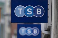 Lloyds Banking Group a annoncé son intention de vendre 11,5% du capital de TSB, pour ramener à 50% sa participation dans sa filiale, dont l'Union européenne lui a ordonné de se séparer. /Photo prise le 27 mai 2014/REUTERS/Neil Hall