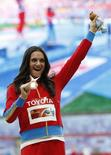 A bicampeã olímpica do salto com vara Yelena Isinbayeva comemora a vitória no Mundial de Atletismo em Moscou. Isinbayeva disse nesta quinta-feira que não vai competir no próximo ano, mas tem como objetivo disputar os Jogos Olímpicos do Rio de Janeiro em 2016 15/08/2013.REUTERS/Grigory Dukor