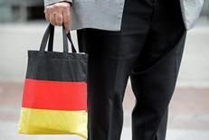 Un hombre lleva una bolsa con los colores de la bandera Alemana en el centro de Hanove. Imagen de archivo, 26 junio, 2012.  El índice GfK de confianza de los consumidores alemanes bajó por segundo mes consecutivo, reflejando el impacto de los conflictos internacionales en la principal economía europea. REUTERS/Fabian Bimmer