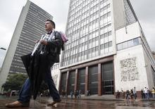 A man walk outside the Central Bank of Colombia in Bogota. Imagen de archivo, 01 marzo, 2011. El Banco Central de Colombia inició el viernes su reunión mensual de política monetaria en medio de expectativas de que haga una pausa en el ciclo de alzas de tasas que inició en abril, para evitar que una economía que ya muestra señales de desaceleración se enfríe más de lo necesario. REUTERS/John Vizcaino