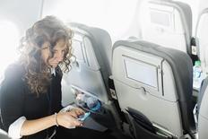 L'Agence européenne de la sécurité aérienne (AESA) a annoncé que les passagers des compagnies aériennes seraient autorisés à utiliser leurs téléphones portables et autres tablettes pendant la totalité du vol. La nouvelle réglementation entre en vigueur vendredi mais les compagnies aériennes vont d'abord devoir prendre des mesures d'ajustement. /Photo d'archives/REUTERS/Lucas Jackson
