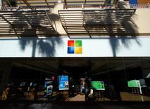Imagen de archivo de una tienda de Microsfot en San Diego, EEUU, ene 18 2012. Microsoft Corp desvelará el martes el nuevo nombre de su producto más conocido, cuando ofrezca el primer vistazo oficial a su último sistema operativo Windows. REUTERS/Mike Blake