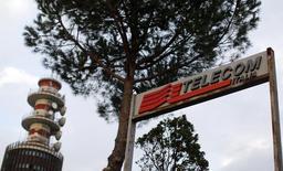 Telecom Italia a décidé de se donner un mois supplémentaire pour vendre sa part dans Telecom Argentina, à l'issue d'un conseil d'administration de sept heures qui s'est tenu dans un contexte de marques d'intérêt renouvelées pour l'opérateur télécoms italien. La cession a été retardée en l'absence de feu vert des régulateurs. /Photo d'archives/REUTERS/Alessandro Bianchi