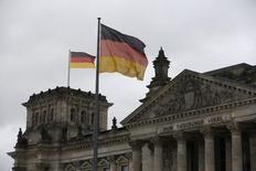 La croissance allemande pourrait être inférieure au rythme de 1,8% estimé en début d'année par Berlin, selon le ministre de l'Economie Sigmar Gabriel, ajoutant que l'économie du pays restait solide par rapport à ses partenaires de la zone euro. /Photo d'archives/REUTERS/Wolfgang Rattay