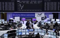 Les Bourses européennes accusent une légère baisse lundi à la mi-séance. À Paris, le CAC 40 perd 0,36%  à 4.378,91 points vers 10h35 GMT. Le Dax cède 0,2% à Francfort et le FTSE 0,14%. /Photo prise le 29 septembre 2014/REUTERS