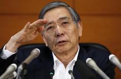 El presidente del Banco de Japón, Harushiko Kuroda, durante una conferencia de prensa en el BOJ en Tokio. Imagen de archivo, 15 julio, 2014.  El presidente del Banco de Japón dijo el lunes que la política monetaria tiene un impacto sustancial no sólo en los precios sino también en la estabilidad del sistema financiero al afectar a varios activos.  REUTERS/Toru Hanai