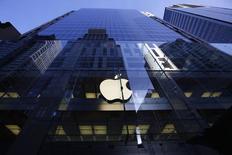 Apple est à suivre lundi à la Bourse de New York. Accusée par Bruxelles de bénéficier d'aides publiques illégales en Irlande, sous la forme d'arrangements fiscaux, la firme à la pomme risque plusieurs milliards d'euros d'amendes selon le Financial Times. /Photo prise le 19 septembre 2014/REUTERS/David Gray