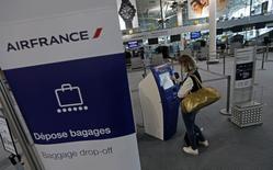 Air France, qui progresse de 0,3% lundi vers 14h20 après l'annonce de la fin de la grève des pilotes, est à suivre à la Bourse de Paris à la mi-séance. Le CAC 40 de son côté recule de 0,54% à 4.371,34 points. /Photo prise le 24 septembre 2014/REUTERS/Jean-Paul Pélissier