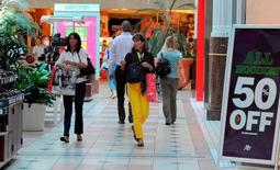 Des revenus en hausse ont permis aux consommateurs américains de dépenser davantage en août, montrent des statistiques publiées lundi qui suggèrent que la reprise de la première économie mondiale s'accélère. /Photo d'archives/REUTERS