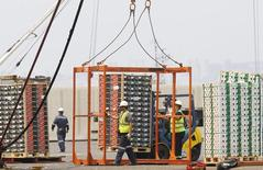 Trabajadores de muelle de carga en el puerto de Valparaíso . Imagen de archivo, 08 enero, 2014.  La tasa de desempleo en Chile habría subido levemente al 6,6 por ciento en el trimestre junio-agosto, en medio de la desaceleración que enfrenta la economía y por factores estacionales, mostró el lunes un sondeo de Reuters.  REUTERS/Eliseo Fernandez