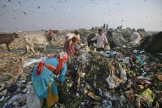 A New Delhi. Le nouveau Premier ministre indien, Narendra Modi, a ordonné que certains fonctionnaires travaillent le 2 octobre (anniversaire de Gandhi), bien que ce soit un jour férié, afin de nettoyer les ministères et notamment les toilettes. Nombre de villes indiennes sont dépassées par le problème des ordures ménagères. /Photo d'archives/REUTERS/Parivartan Sharma