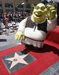 """Personagem """"Shrek"""" acena durante cerimônia na calçada da fama de Hollywood. 20/05/2010 REUTERS/Fred Prouser"""