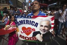 """Homem com cartaz """"América ama Modi"""" em encontro de pessoas na Times Square, em NY. para assistir a discurso do premiê indiano Narendra Modi em um telão. 28/09/2014 REUTERS/Carlo Allegri"""