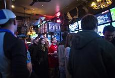 Pessoas assistam a jogo da NFL em bar de Nova Jersey. 19/01/2014 REUTERS/Eric Thayer