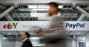 Le géant américain des enchères en ligne eBay va se scinder en deux l'an prochain pour séparer ses activités historiques de celles de sa filiale de paiement PayPal. /Photo d'archives/REUTERS/Albert Gea