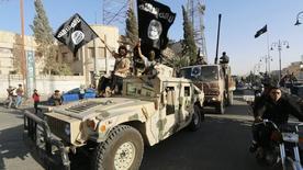Combatentes militantes islâmicos participam de parada militar nas ruas de Raqqa, na Síria. 30/06/2014 REUTERS/Stringer